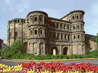 Die Porta Nigra in Trier ist eines der ältesten Gebäude der Stadt und stammt noch aus der Römerzeit.