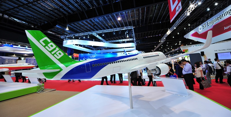 International gesehen waren es bislang Boeing und Airbus, die für große Flugzeuge sorgten und damit Erfolg hatten. Das könnte sich mit dem Flieger von Comac nun ändern, denn er gilt als das Gegenstück zu den Flugzeugriesen A320 (Airbus) und B737 (Boeing). (#01)