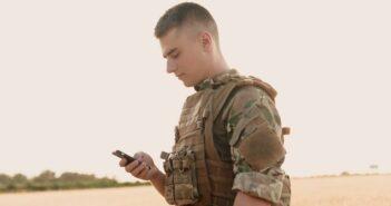 """Outdoor Smartphone """"Militärstandard"""": Wann du dein normales Handy zuhause lassen solltest! ( Foto: Shutterstock-Misha Beliy )"""