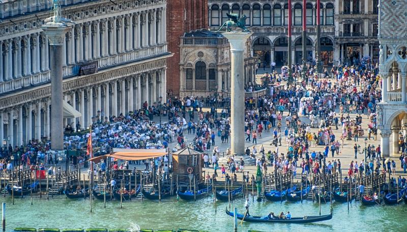 Dass der Massentourismus Auswirkungen auf die Umwelt und die Menschen in den Umweltdestinationen hat, ist unbestritten.  ( Foto: Shutterstock-_ Lichtwolke )